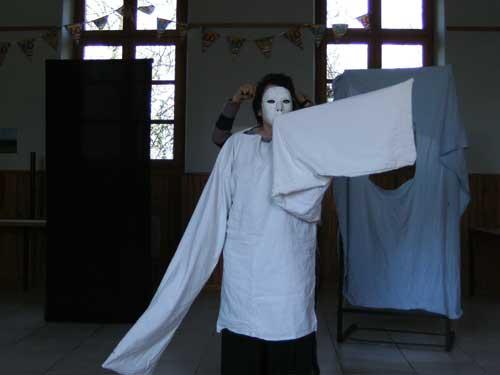 Masque blanc et fantôme pendant la répétition de Quichotte et quichotteries