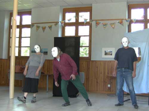 Trois acteurs avec masque neutre pendant une répétition